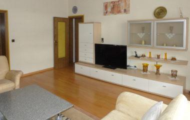 Geräumige 4-Zimmer-Altbauwohnung mit Einbauküche und großem Bad